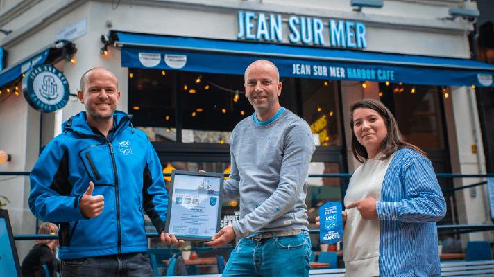 MSC-medewerker Wouter Dieleman met eigenaar van Jean sur Mer Jan Kegel na certificering van het Harbor Cafe