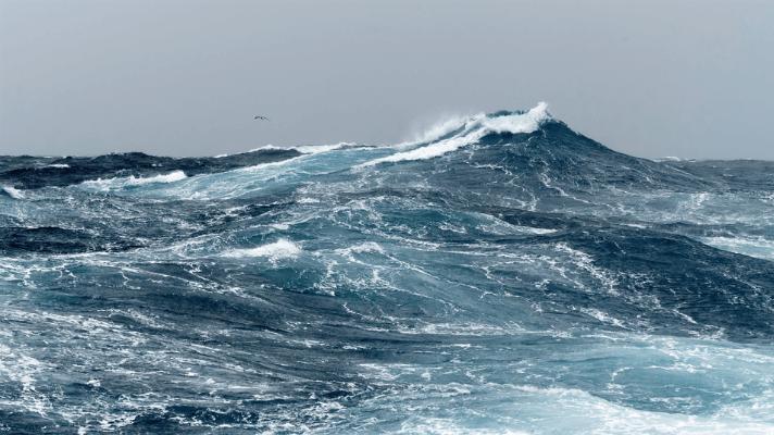 stormachtige zee met golven