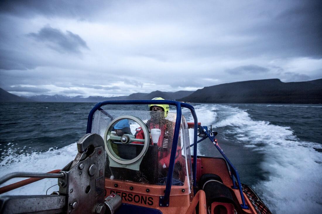 Fischereiinspektoren der norwegischen Küstenwache (Kystvakten) auf dem Weg zu einer Fischereiinspektion