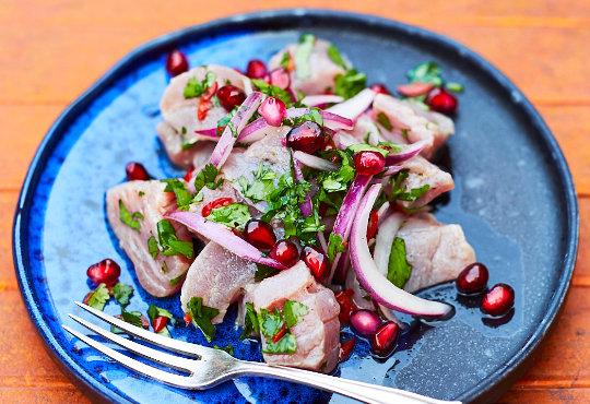 Thunfisch Ceviche auf blauem Teller