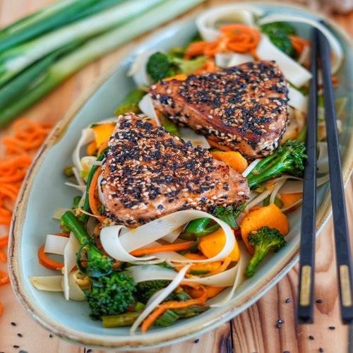 Asiatische Thunfischsteaks mit Reisbandnudeln und Brokkoli