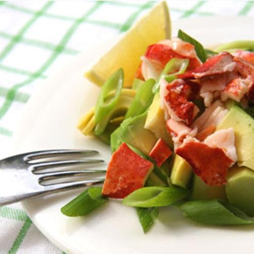 Salade de homard, avocat et mangue accompagnée d'une vinaigrette à la citronnelle