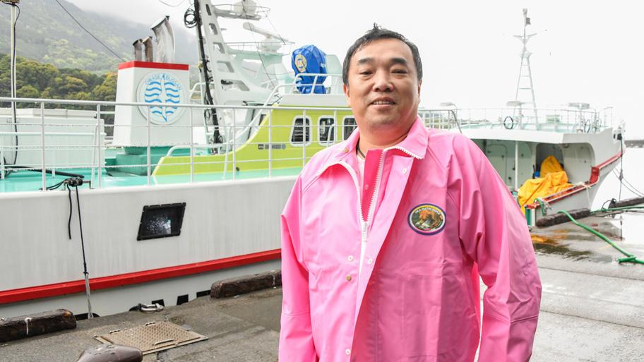 「第十一良栄丸」の船頭、東弘明氏。漁船とともに