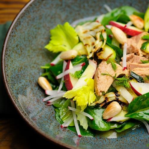 Low-Carb Thunfischsalat mit Gemüse, Apfel und Mandeln