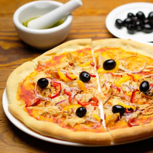 Selbstgemachte Thunfischpizza mit Oliven