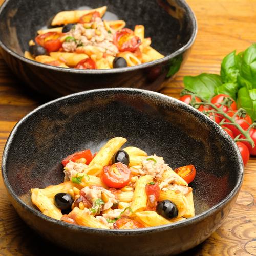Schüssel mit Thunfisch Pasta mit Tomaten