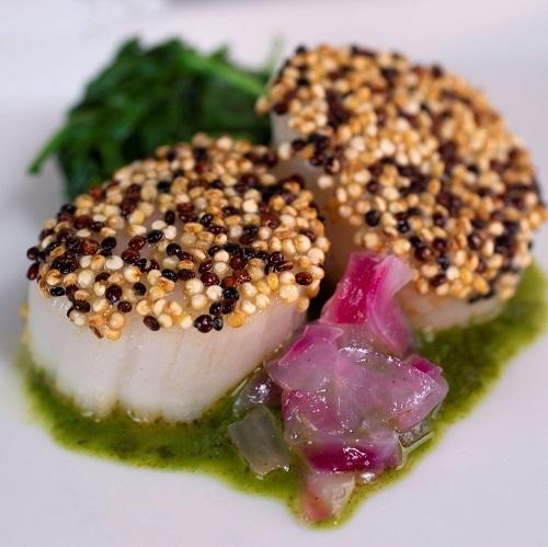 Sint-jakobsschelpen met een korst van Chimichurri quinoa