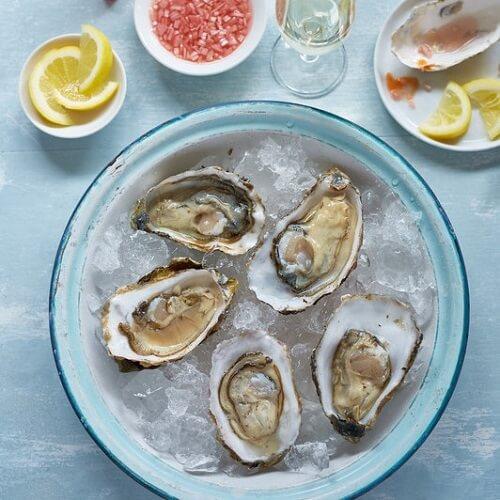 Feestelijke schaal met oesters