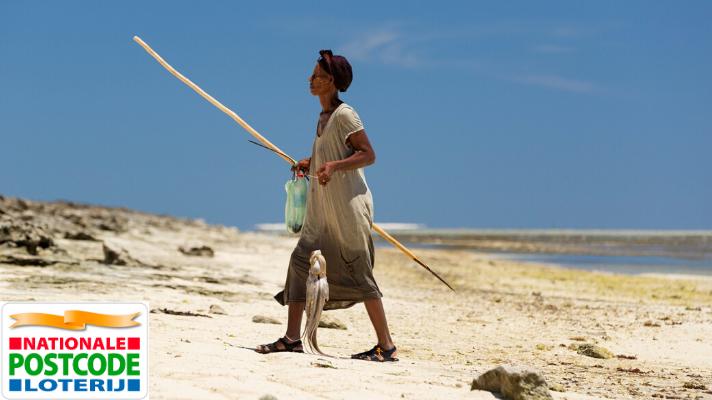 vrouw vist in de tropen