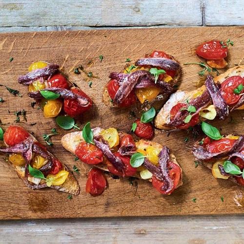 Ansjovis met geconfijte tomaten op toast