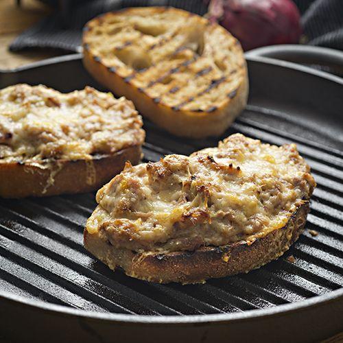 Tuna melt på surdegsbröd, ligger i en grillpanna.