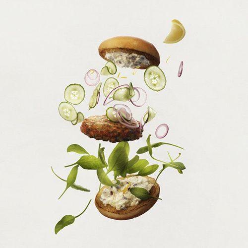 Fiskburgare med flygande gurka, rödlök, salladsblad och citron. Grå bakgrund.