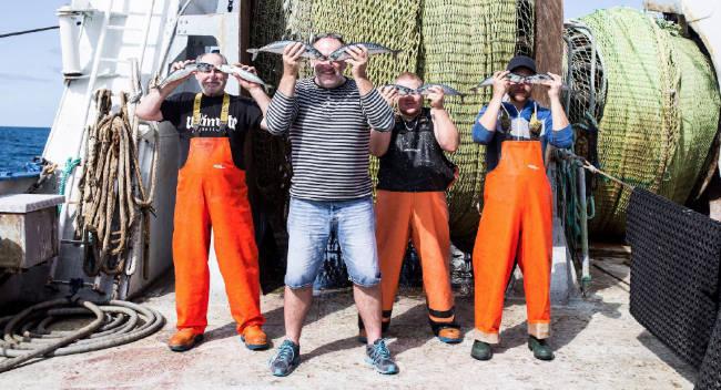Kabeljau-Fischer halten sich Fische vor die Augen - MSC - Wir behalten Fisch im Auge